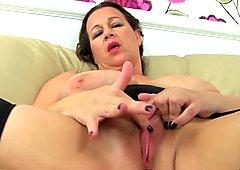 British milf Eva Jayne sucks her own nipples