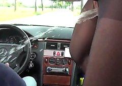 Geile Mutti pisst im Auto