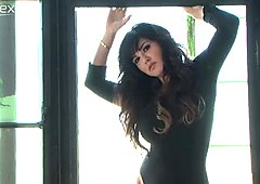 Jaw-dropping Indian sexpot Sunny Leone looks great in black bodysuit