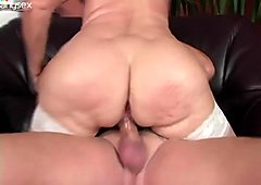 Perverted booty oldie gets her wet mature cunt fucked doggy and mish